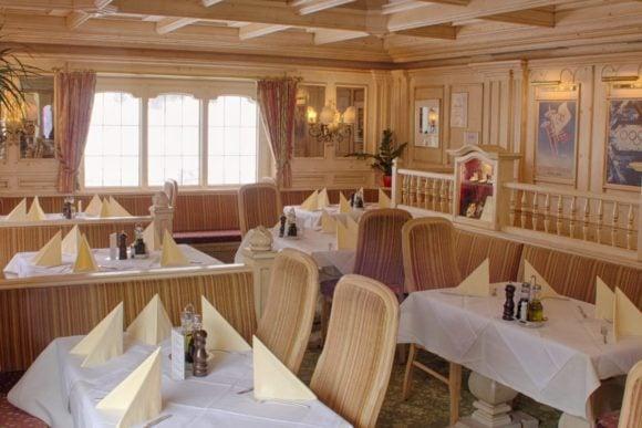 Schöner Essensbereich mit wundervollen Holzapplikationen und schön aufgedeckt für Gäste